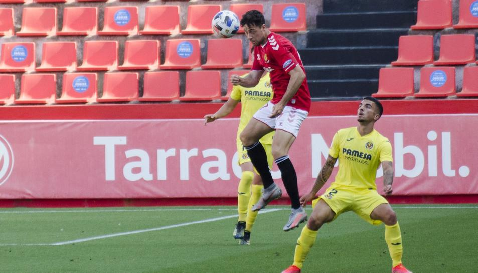 Un jugador del Nàstic remata amb la presència de la defensa del Villareal B