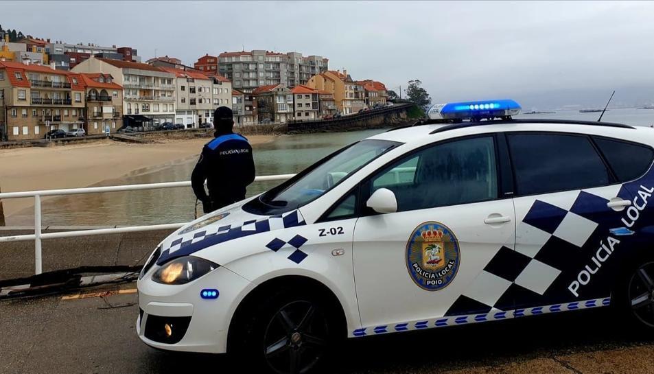 La Policia Local de Poio al port de Raxó.