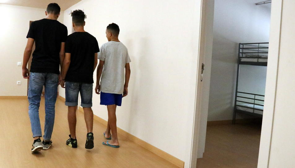 Tres menors migrants en un centre d'acollida de Badalona.