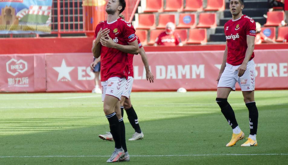 Pedro Martín celebra el gol anotat aquest dissabte contra el Villarreal B amb Oliva de fons.
