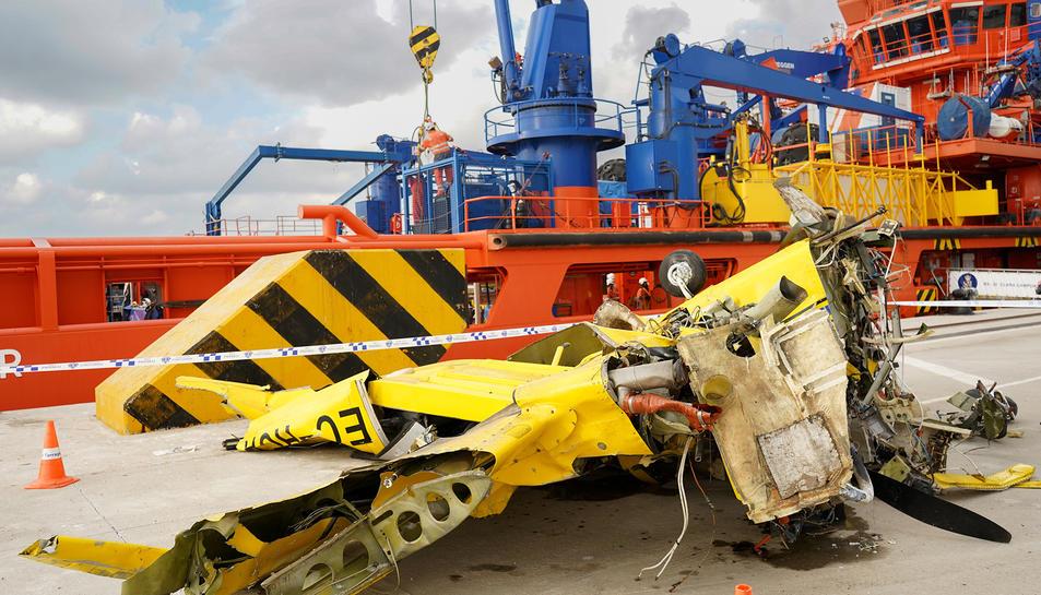 Les restes del bimotor van recuperar-se del mar.