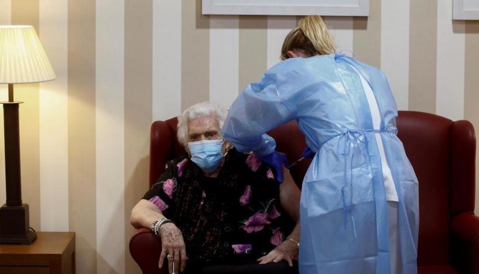 Una anciana vacunant-se, en una imatge d'arxiu.