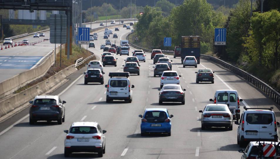 Diversos vehicles circulant en sentit sud un cop superat el peatge de la Roca del Vallès el Dilluns de Pasqua per la tarda.