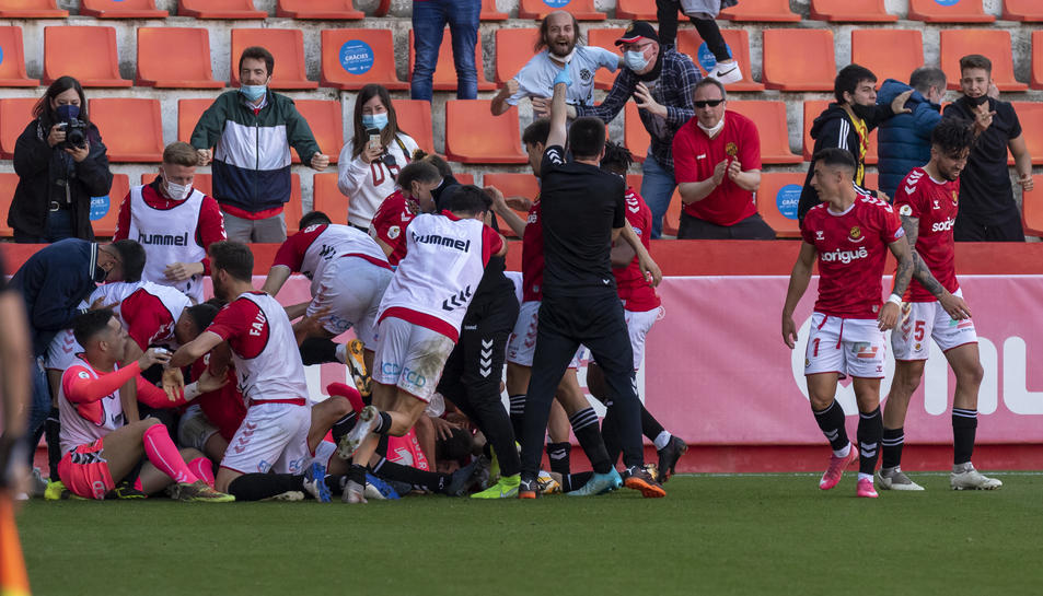 Els jugadors del Nàstic celebren efusivament el gol de José Aurelio Suárez després del partit contra el Villarreal B.