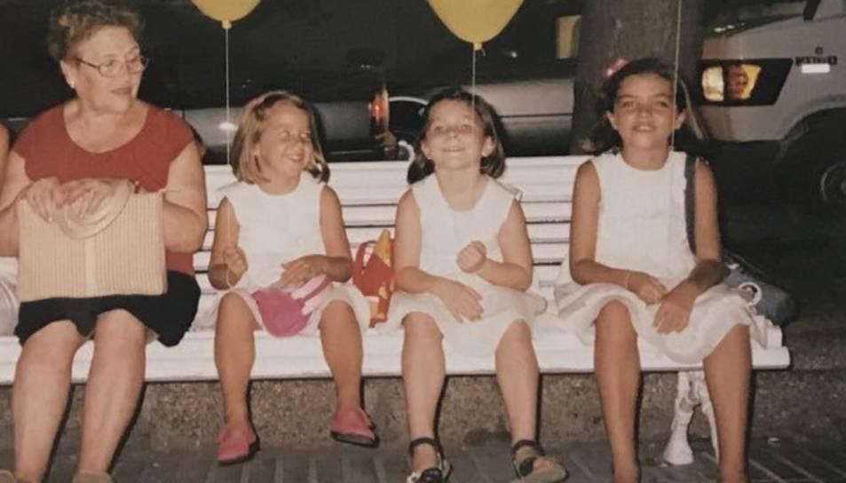 L'àvia amb la Leti, la Irene i la Lara, de petites.