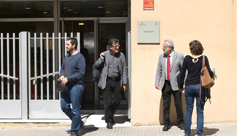 A l'esquerra, Valera, amb els dos advocats i la seva dona, durant la declaració el 12 de maig de 2017.