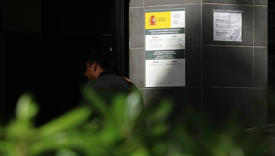 Imatge d'un noi entrant en una Oficina d'Estrangeria.