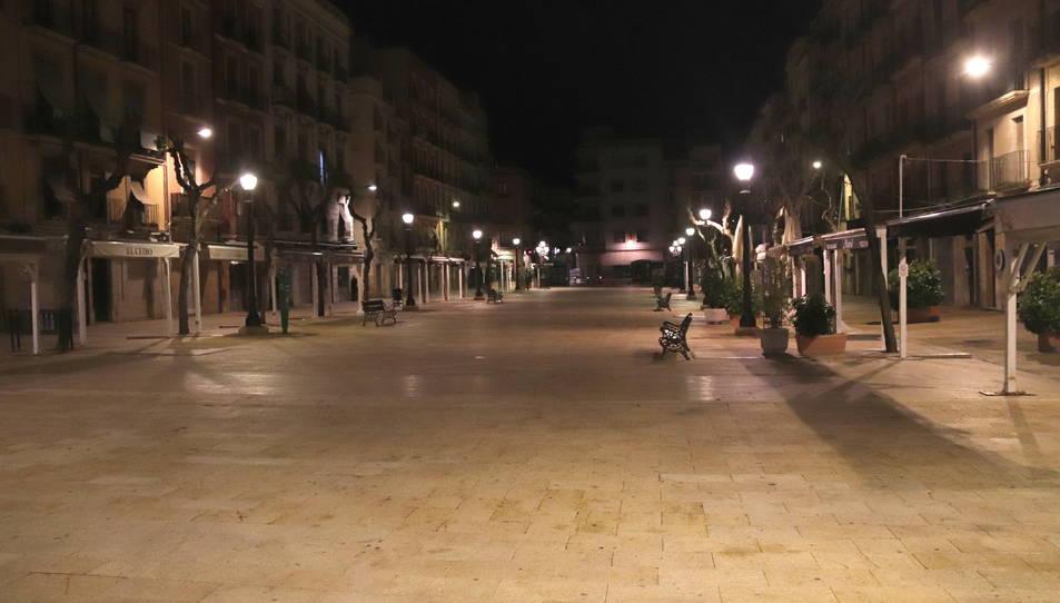 La plaça de la Font de Tarragona, buida poc després de les deu de la nit, moment en que ha entrat en vigor el toc de queda.
