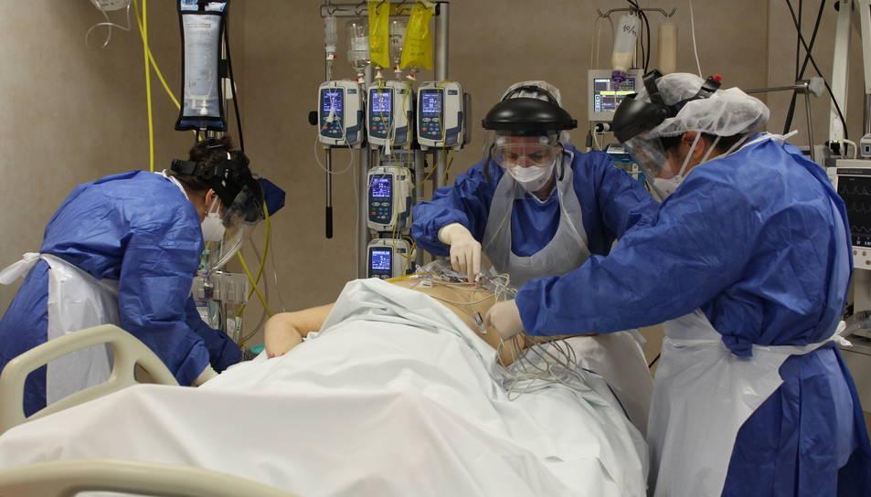 Imatge d'arxiu d'una pacient de covid-19 ingressada al servei de Medicina Intensiva de l'Hospital de Tortosa Verge de la Cinta.