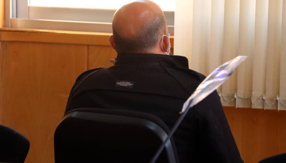 L'acusat d'agredir un menor dins un restaurant kebab de Segur de Calafell, assegut d'esquenes a l'Audiència de Tarragona.
