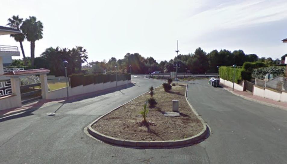 La plaça Creu del Sud és a la vora de la sortida de la N-340.