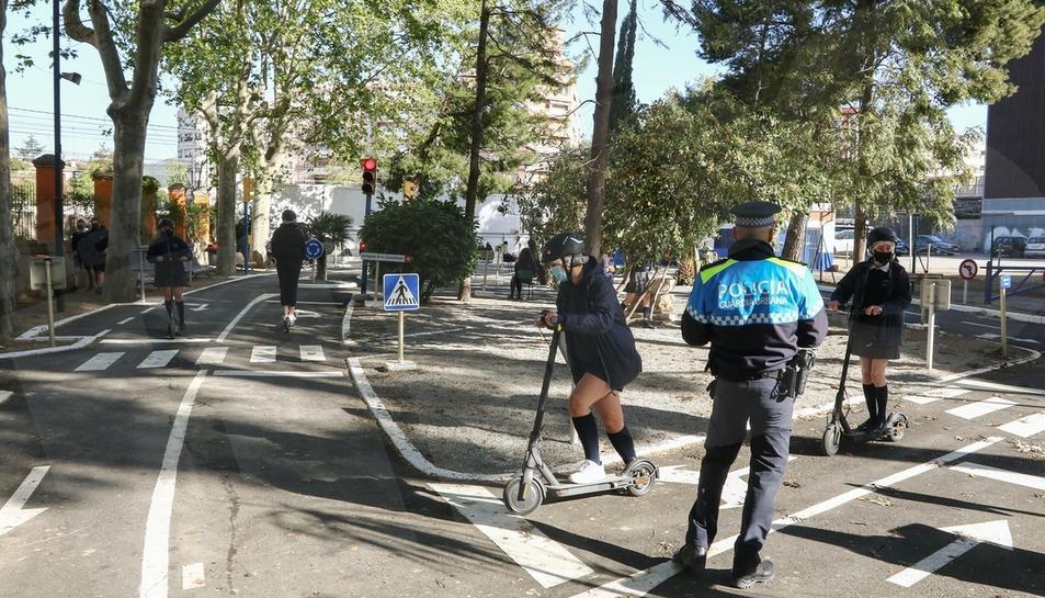 La Urbana de Reus forma joves en la conducció segura de patinets