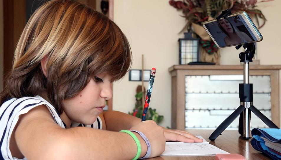 Un alumne fent classe de matemàtiques per videoconferència.