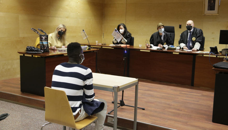 Pla general de l'acusat (d'esquenes) durant el judici.