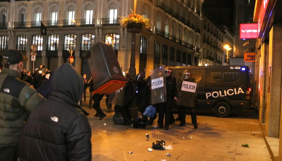 Un contenidor d'escombraries volant en els enfrontaments a la Puerta del Sol de Madrid en la protesta proHasel, el 17 de febrer del 2021.