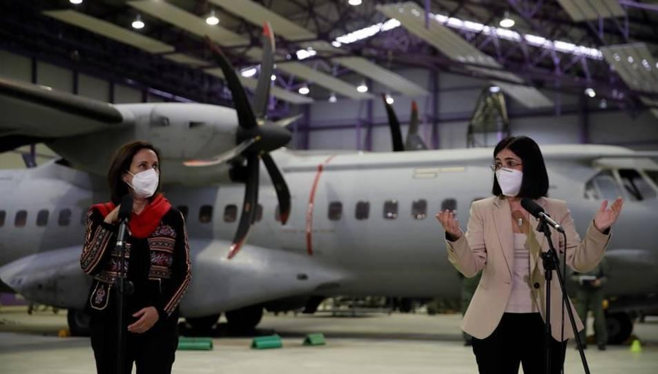 Les ministres de Defensa, Margarita Robles, i de Sanitat, Carolina Darias (d), en la seva visita aquest dijous a la base aèria de Getafe.