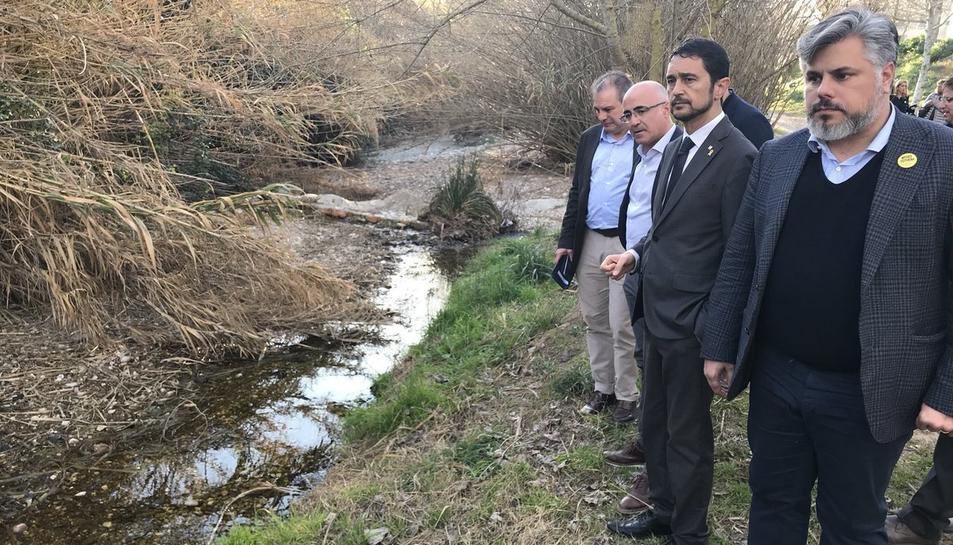 El conseller de Territori, Damià Calvet, entre l'alcalde de Valls, Albert Batet, i el delegat del Govern, Òscar Peris, durant una visita al torrent del Catllar, a Valls.