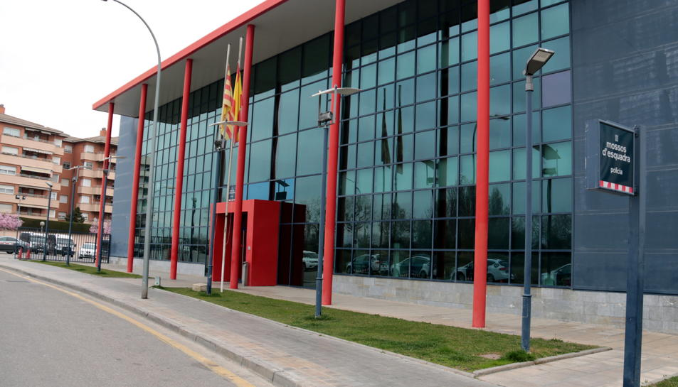 Pla general de l'exterior de la comissaria dels Mossos d'Esquadra de Lleida.