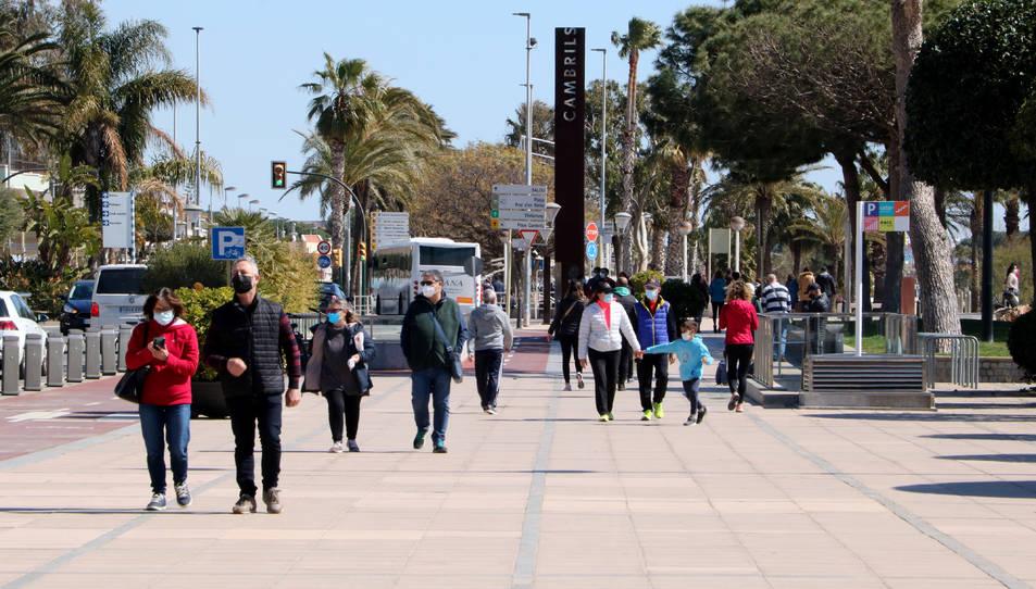 Persones passejant pel passeig marítim de Cambrils en el primer cap de setmana sense confinament comarcal.