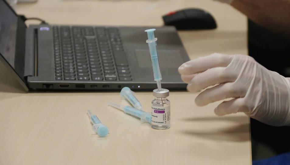 Una dosi de la vacuna d'AstraZeneca a punt per ser administrada.