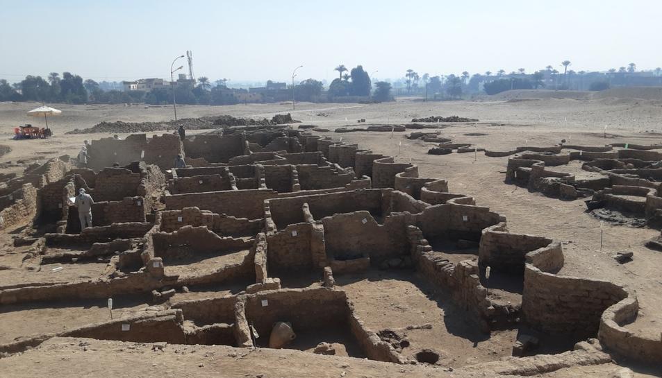 Imatge d'una part de la ciutat desenterrada aLuxor.