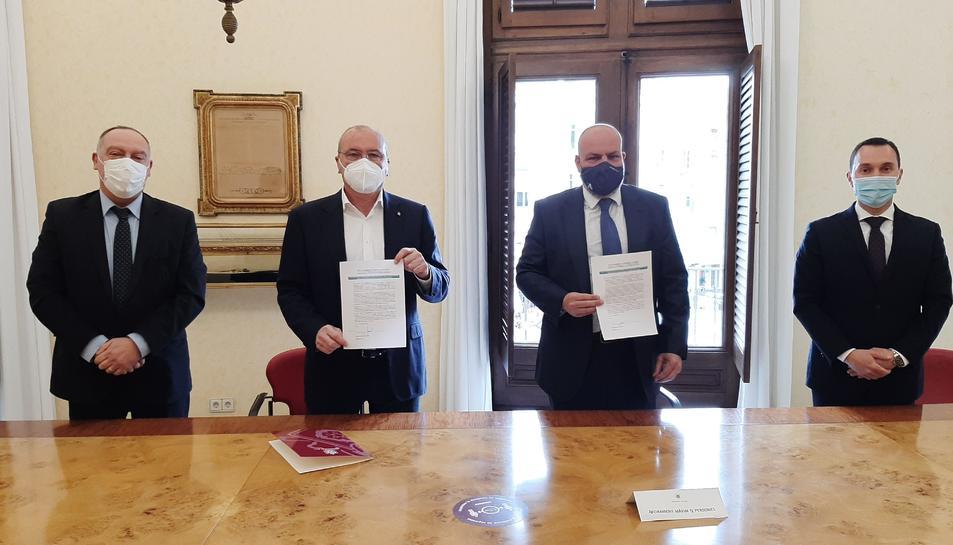 Imatge de l'acte de la signatura.