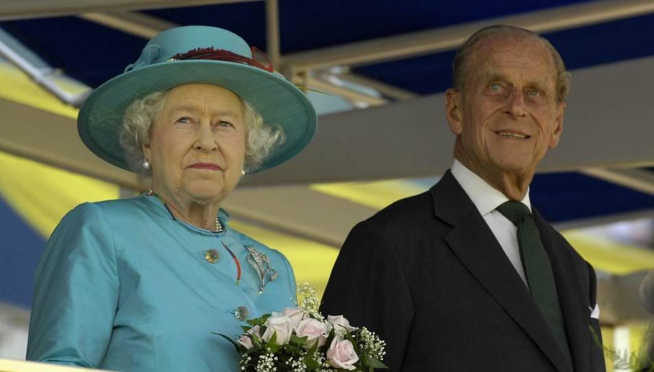 El príncep Felip al costat de la reina Isabel II en una visita a Toronto.