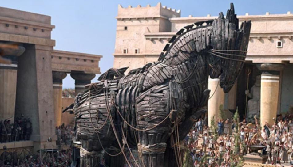 Fotograma de la pel·lícula Troya, on surt representat el mític cavall de Troia.
