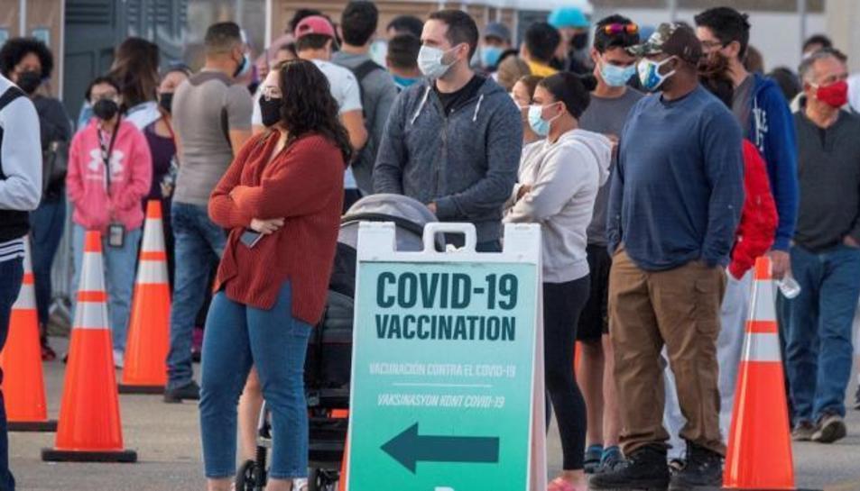 Un grup de persones fa cua per a rebre la vacuna contra la Covid-19 en un punt de vacunació en el comtat de Miami-Dade, Florida.