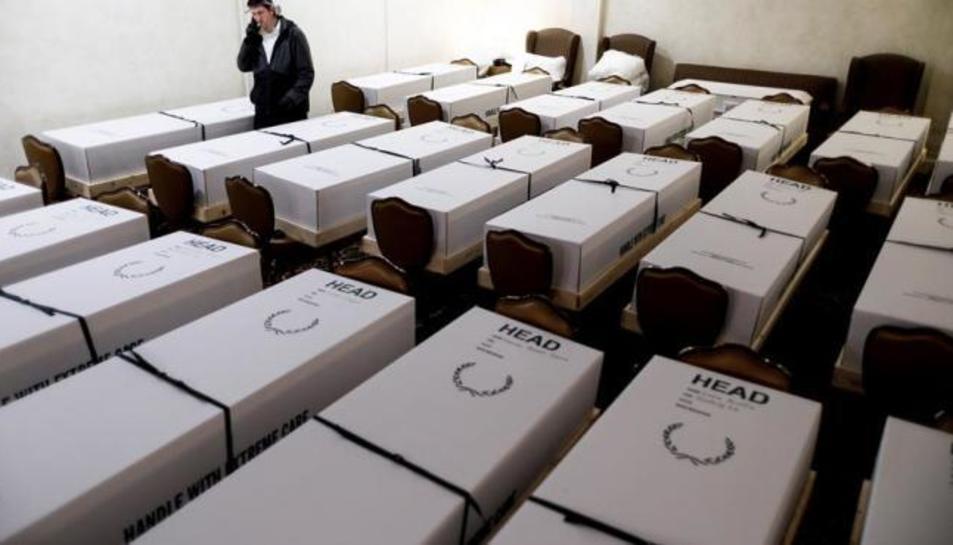Taüts amb morts per coronavirus, preparats per a la cremació en una funerària de Queens, Nova York.