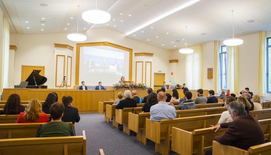 La sala sacramental, on es va fer la cerimònia amb una cinquantena de persones, està ubicada a la primera planta de l'edifici.