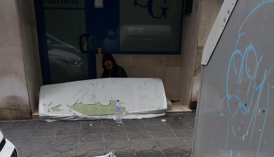 Imatge del sensesostre del carrer Alguer, on defeca i orina, creant una situació d'insalubritat.