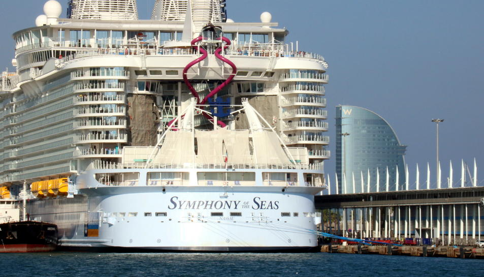 La popa del creuer 'Symphony of the Seas' amarrat al Port de Barcelona.