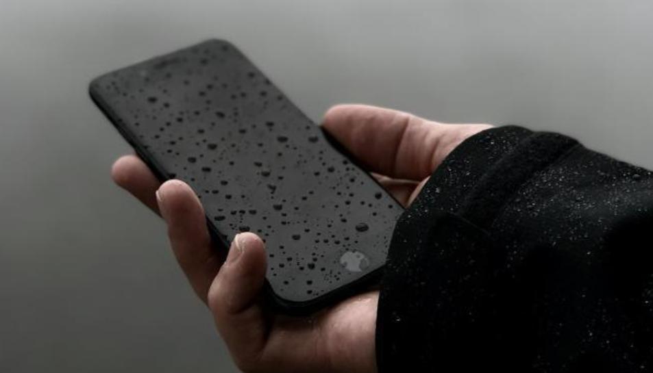 Imatge d'un mòbil mullat.