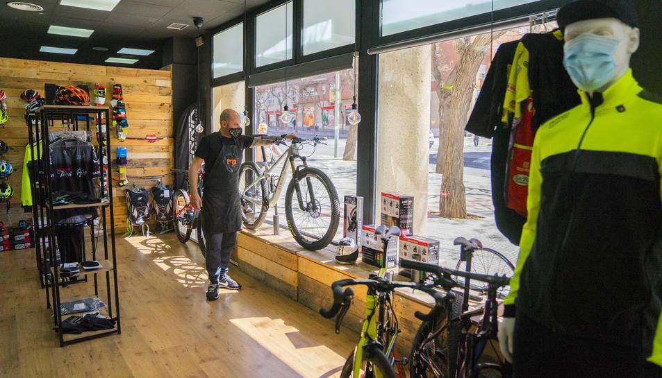 Albert Cifré a la seva tenda Teknibike de Tarragona amb poques bicicletes a l'aparador.