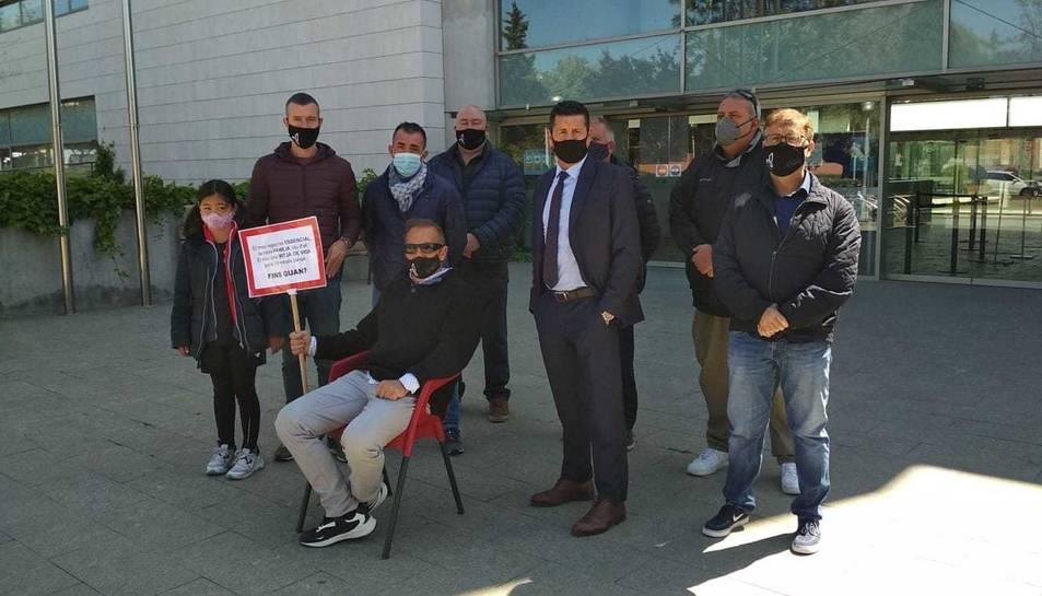Eduard Abenójar ha inciiat aquest dilluns una vaga de fam davant de l'Ajuntament de Salou.