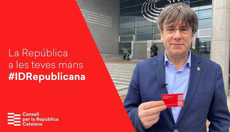Imatge d'arxiu de Carles Puigdemont amb el carnet de la república catalana.