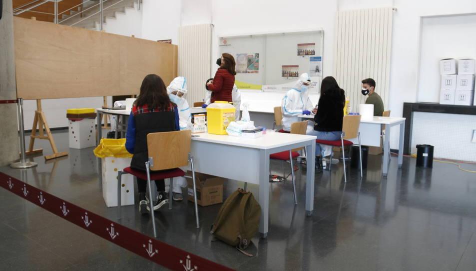 Estudiants i professorat de la Universitat de Lleida durant el cribatge massiu.