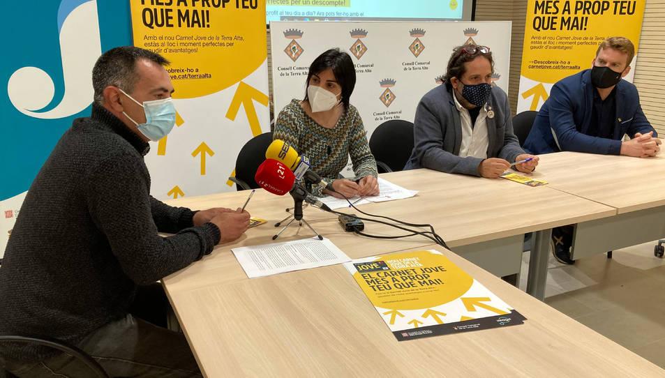 Pla general de la presentació del nou Carnet Jove de la Terra Alta amb representants del Consell Comarcal i l'Agència Catalana de Joventut. I