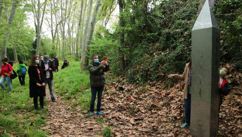 Persones fotografiant-se amb el monòlit que ha aparegut a l'arbreda de Santes Creus.