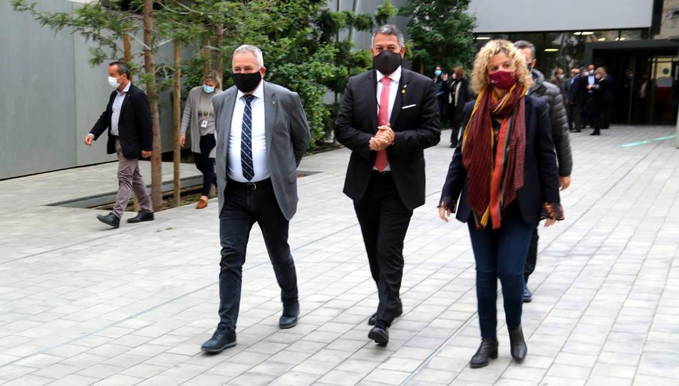 El conseller d'Interior, Miquel Sàmper, amb el delegat del Govern a l'Ebre, Xavier Pallarés, i l'alcaldessa de Tortosa, Meritxell Roigé.