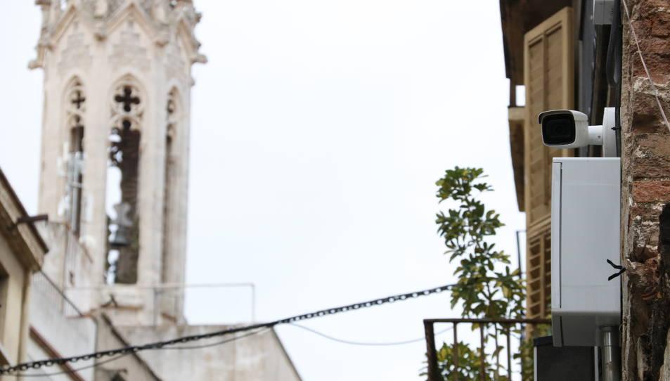 Una càmera de videovigilància instal·lada al carrer de la Cort de Valls, amb el campanar de Sant Joan al fons.