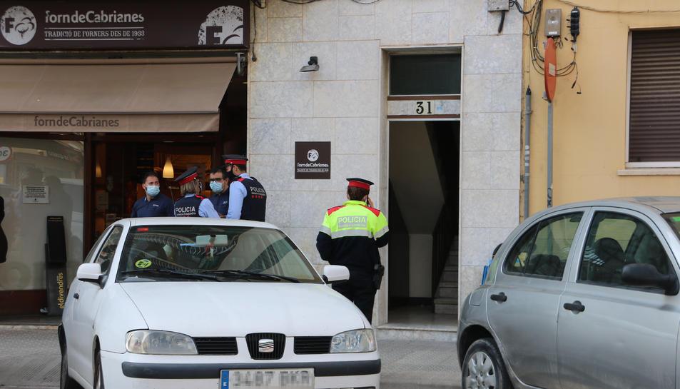 Els Mossos al lloc de l'homicidi, a Manresa.