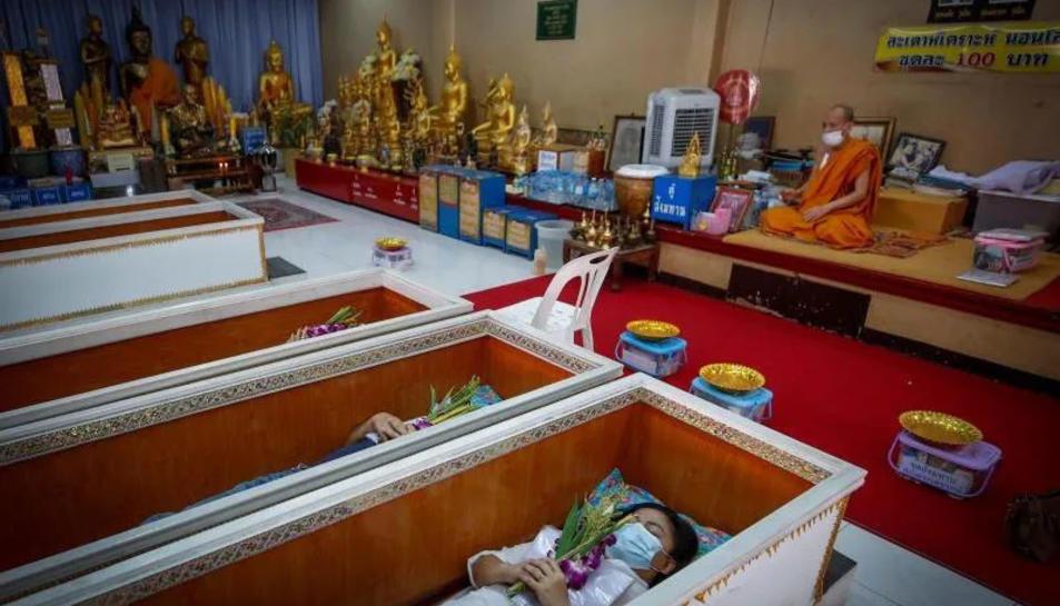 Imatge d'una cerimònia d'un funeral en vida a Tailàndia.