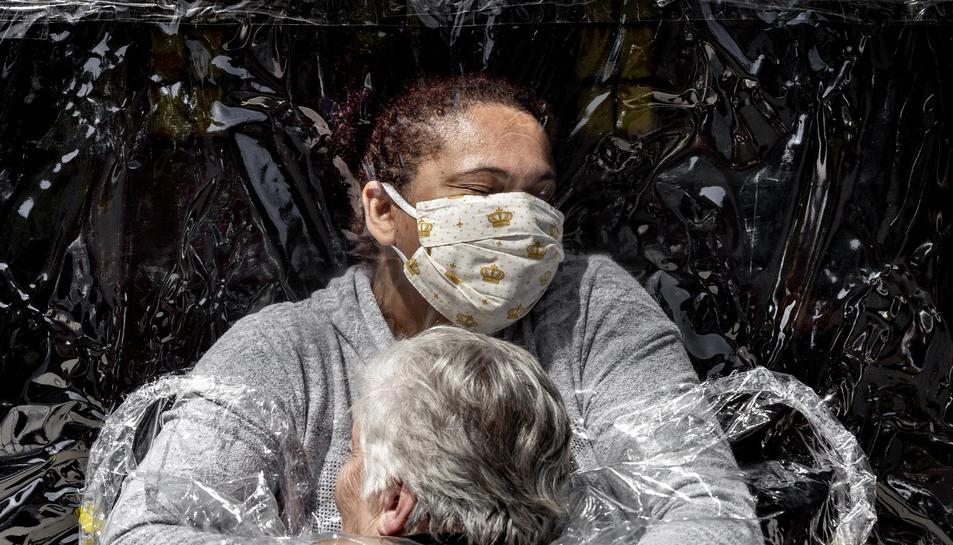 La fotografia 'The First Embrace', de Mads Nissen, premi World Press Photo de l'any 2021.