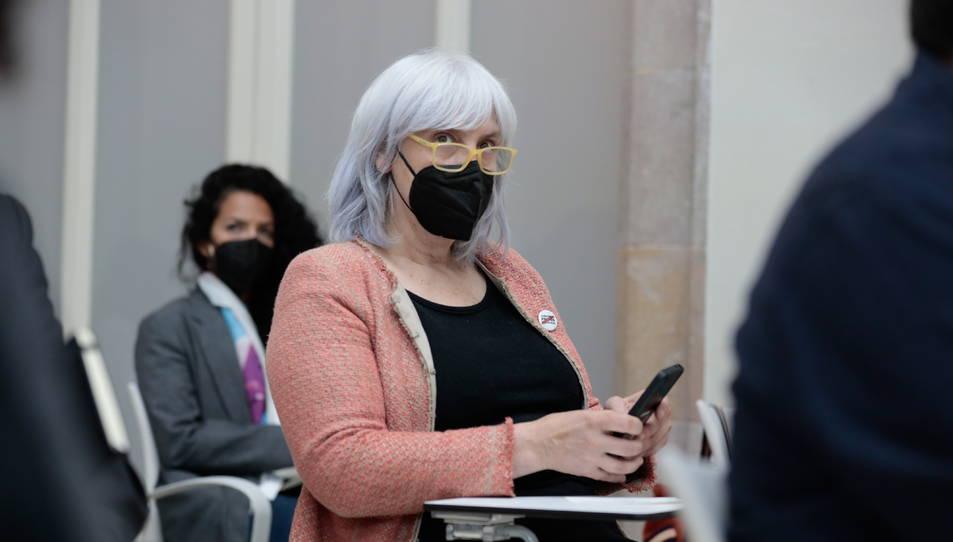 La diputada de la CUP-NCG Dolors Sabater asseguda a l'auditori del Parlament durant el ple d'investidura del 30 de març.