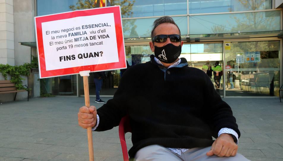 Eduardo Abenójar assegut davant l'Ajuntament.