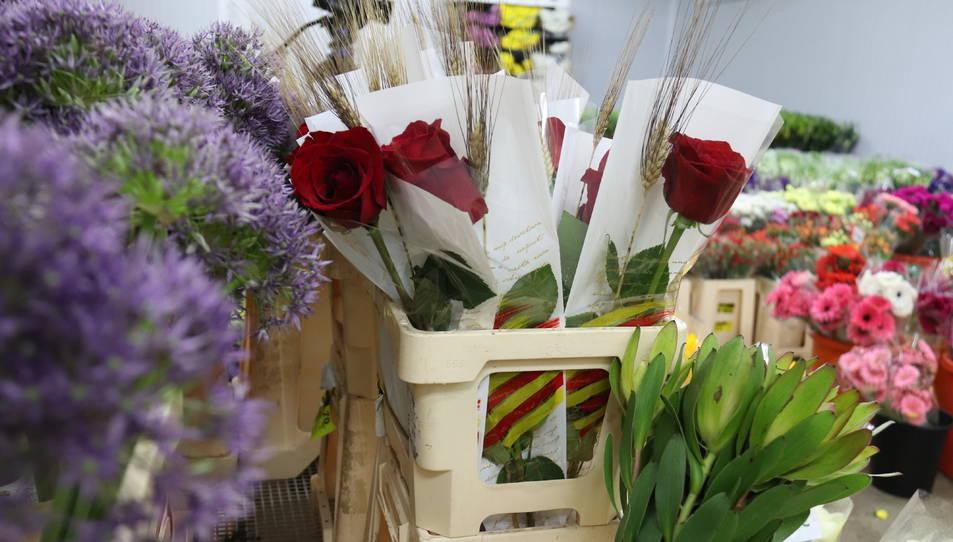 Roses preparades per Sant Jordi en una parada de Mercabarna-flor.