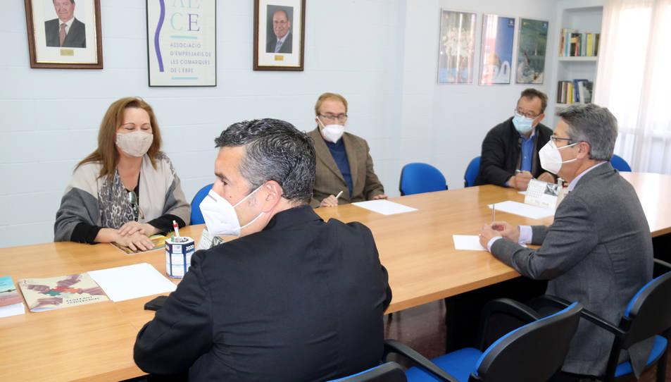 Representants de l'AECE, reunits a la sala de juntes de la seu a Tortosa.