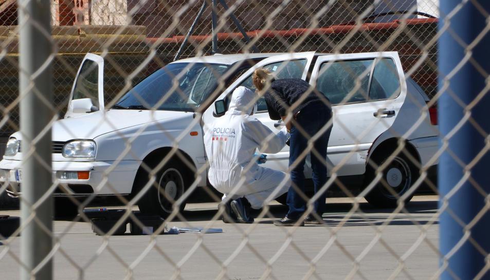 La policia inspeccionant el vehicle on va aparèixer el cadàver de Roses.